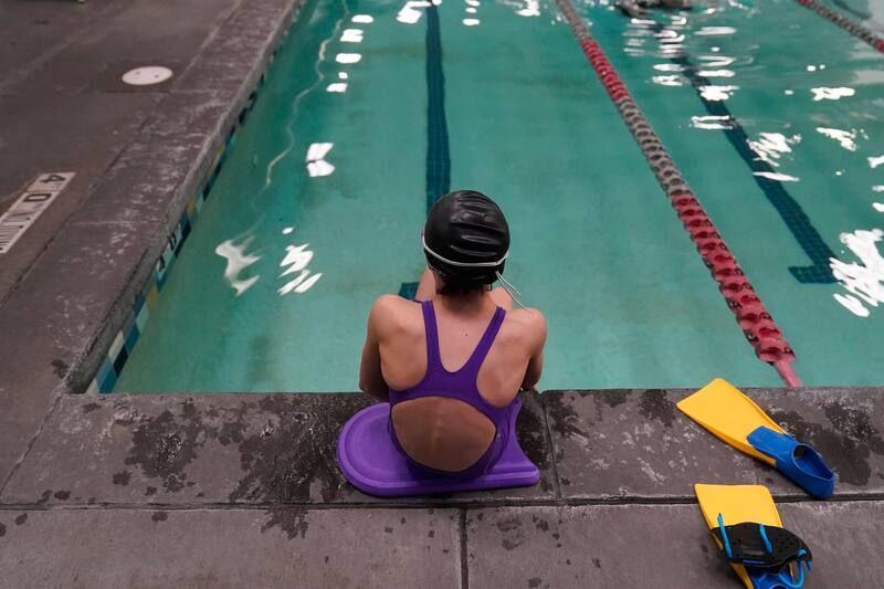 Una propuesta para prohibir que las atletas transgénero practiquen deportes escolares femeninos en Utah afectaría a las niñas transgénero como esta nadadora de 12 años vista en una piscina en Utah el 22 de febrero de 2021. (Rick Bowmer/AP Photo)