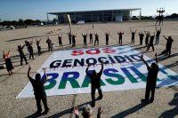 Un grupo de manifestantes participan en una protesta contra el presidente brasileño Jair Bolsonaro y su manejo del brote de coronavirus en Brasilia el martes 30 de marzo de 2021. (REUTERS/Ueslei Marcelino)