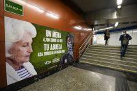 Cartel electoral de Vox sobre los menas en el metro en Madrid. Andrea Comas.
