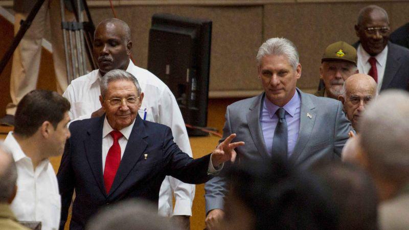 Raúl Castro junto a Miguel Díaz-Canel. Reuters