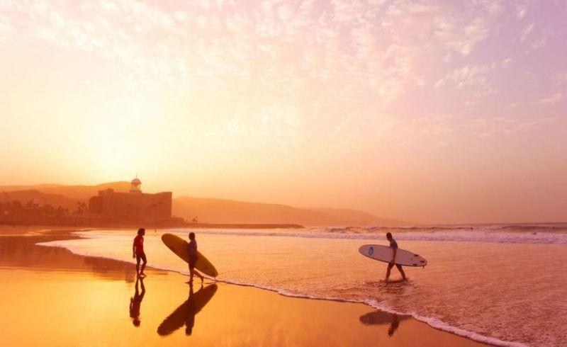 Surfistas en la playa de Las Canteras, en Las Palmas de Gran Canaria. Alamy