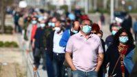 Colas de espera a las puertas del hospital Isabel Zendal, en Madrid, para la vacunación. Reuters
