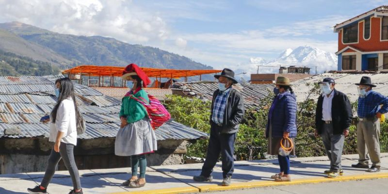 People queue at a polling station on 11 April 2021 in Huaraz, Peru. Peruvians are voting amid a surge in cases of COVID-19 and an economic and social crisis pushed by the pandemic. Photo: Getty Images.