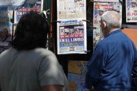 Dos personas observan las portadas de los periódicos con los resultados de las elecciones generales, en Lima, Perú, el 12 de abril de 2021. (Paolo Aguilar/EPA-EFE/Shutterstock)