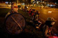 Un grupo de personas protesta en la noche del 11 de mayo de 2021 en el barrio Siloé, en Cali.Ernesto Guzmán Jr. / EFE
