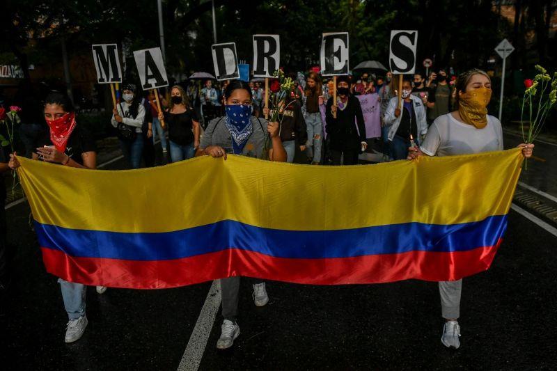 """Mujeres llevan letreros que forman la palabra """"madres"""" en Medellín, Colombia el 6 de mayo. Credit Joaquin Sarmiento/Agence France-Presse — Getty Images"""