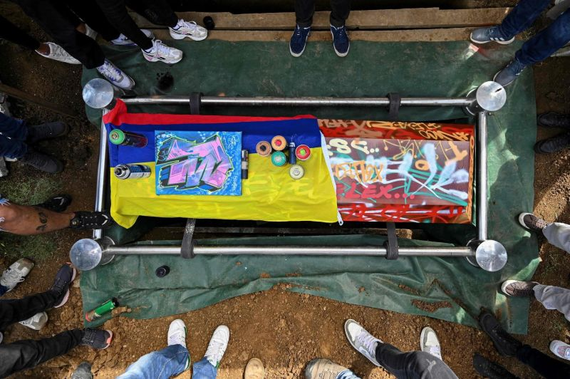 Familiares y amigos asisten al funeral de Nicolás Guerrero, el joven que fue asesinado en el norte de Cali. Credit Luis Robayo/Agence France-Presse — Getty Images
