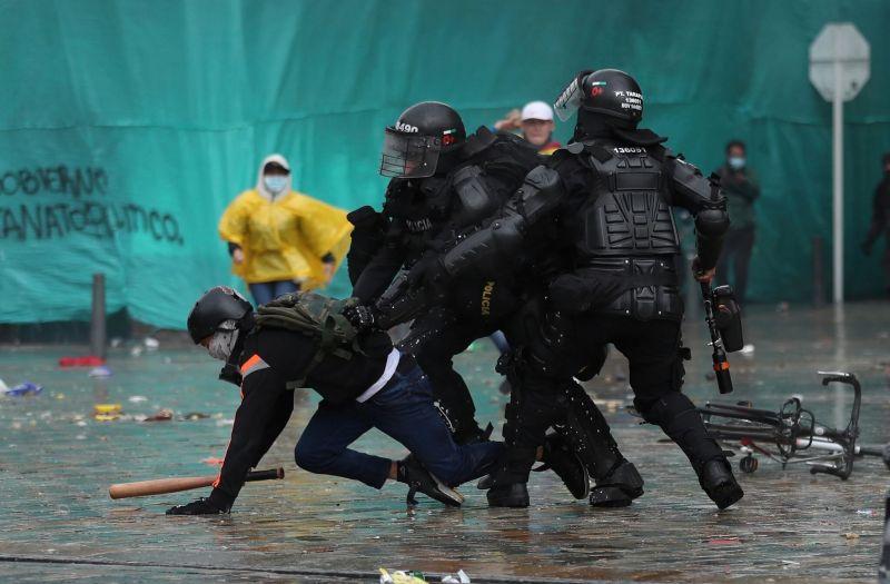 Policías detienen a un manifestante en Bogotá el 5 de mayo. Credit Fernando Vergara/Associated Press