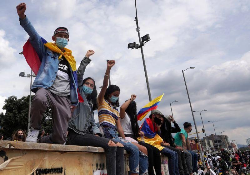 Manifestantes protestan contra la pobreza y violencia policial en Bogotá el 6 de mayo. Credit Reuters