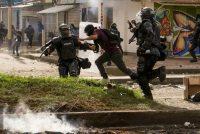 La Policía antidisturbios detiene a un manifestante durante una protesta en Popayán, Colombia, el 14 de mayo de 2021. (James Fabian Diaz / Reuters) (Stringer/Reuters)