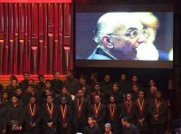 Músicos presentes en el velatorio de José Antonio Abreu, fundador del programa de orquesta juvenil de Venezuela conocido como El Sistema, en Caracas en 2018. (Ariana Cubillos/AP)