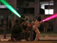 Jóvenes protestan contra el Gobierno el lunes, en Bogotá.LUISA GONZALEZ / Reuters