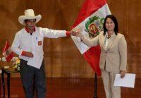 Los candidatos presidenciales peruanos Pedro Castillo y Keiko Fujimori, quienes se enfrentarán en una segunda vuelta de las elecciones del 6 de junio, posan tras firmar un 'Pacto por la Democracia', en Lima, Perú, el 17 de mayo de 2021. (REUTERS/Sebastián Castañeda/Foto de archivo) (Sebastian Castaneda/Reuters)