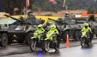 Policías antidisturbios y tanques del Ejército en las calles de las afueras de Bogotá, el 4 de mayo de 2021, tras las multitudinarias protestas en Colombia. (DANIEL MUÑOZ/AFP) (Daniel Munoz/AFP/Getty Images)