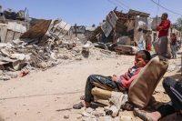 Photo d'illustration : des Palestiniens inspectent leur maison détruite par des raids israéliens à Rafah, dans la bande de Gaza, le 16 mai. Saïd Khatib/AFP
