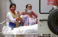Una mujer llora después de ver el cuerpo de su hijo que murió debido a la pandemia por COVID-19, afuera de un depósito de cadáveres de un hospital en Nueva Delhi, India, el 12 de mayo de 2021 . (REUTERS/Adnan Abidi)