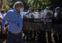 El director de 'El Confidencial', Carlos Fernando Chamorro, el pasado diciembre tras ser expulsado de las oficinas de su medio en Managua por la policía antimotines.STR / AFP