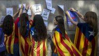 Escolares catalanes hacen propaganda del referendo ilegal de 2017.