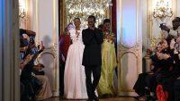 Le créateur camerounais Imane Ayissi à la fin du défilé de sa collection haute couture printemps-été 2020 pour femmes, à Paris, le 23 janvier 2020. ANNE-CHRISTINE POUJOULAT / AFP
