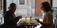 Isabel Díaz Ayuso, a la derecha, tomando una caña en un bar de Madrid en octubre de 2020. FB