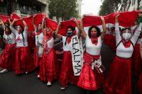 Un grupo de mujeres marcharon en Lima para no olvidar a las mujeres que fueron esterilizadas a la fuerza durante el gobierno de Alberto Fujimori, padre de la candidata a la presidencia Keiko Fuijimori. Credit Sebastian Castaneda/Reuters