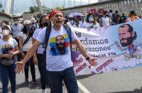 Una caminata de familiares y amigos de Lucas Villa, el pasado 13 de mayo. El estudiante murió luego de recibir varios disparos durante una protesta contra el Gobierno.ALEXIS MUNERA / AFP