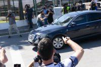Personas protestando al paso de la comitiva que trasladaba al presidente de Gobierno de España, Pedro Sánchez, durante su visita a Ceuta el 18 de mayo de 2021. Shutterstock / Cristian Borrego Sala