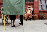 Un niño observa a su madre emitir su voto en Temuco, Chile, el pasado 17 de mayo.Juan González / REUTERS