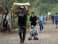 Migrantes venezolanos entrando en Colombia a través de Cúcuta, el pasado febrero.Mario Caicedo / EFE