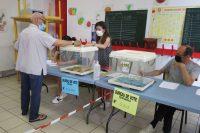 Un elector deposita su voto en un colegio de Marsella.Rafael Cañas / EFE