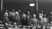 Los diputados del PCE, en pie en sus escaños en una sesión de la legislatura constituyente, en 1977. En primera fila, de izquierda a derecha, Rafael Alberti, Gregorio López Raimundo, Dolores Ibarruri 'Pasionaria', Santiago Carrillo e Ignacio Gallego.MARISA FLÓREZ