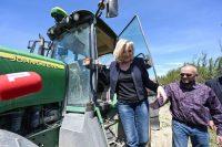 Le Pen baja de un tractor en Saint-Gilles, al sur de Francia, en una visita a una granja de vino y arroz el 20 de mayo.PASCAL GUYOT / AFP