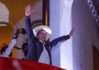 El candidato presidencial de izquierda peruano, Pedro Castillo, saluda a sus simpatizantes desde el balcón de la sede de su partido en Lima el 15 de junio de 2021. (Gian Masko/AFP vía Getty Images)