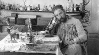 Ramón y Cajal junto a un microscopio en su despacho