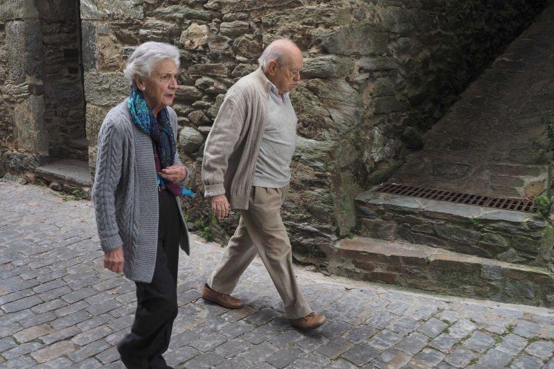 El expresidente de Cataluña Jordi Pujol y su mujer Mart Ferrusola paseando en Queralbs.Laia Pí