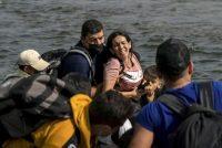 Una mujer migrante de Venezuela que busca asilo reacciona mientras cruza el río Bravo hacia los Estados Unidos desde México en Del Rio, Texas, el 26 de mayo de 2021. (Go Nakamura/REUTERS)