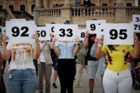 Más de un centenar de personas participaron el 20 de junio en la 'performance' organizada en Pamplona con motivo del Día Mundial de las Personas Refugiadas.Villar López / EFE