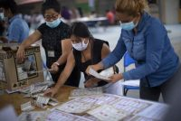 Funcionarias de casilla cuentan los votos de las elecciones en México el 6 de junio de 2021 en Petaquillas, México. (Hector Vivas/Getty Images)