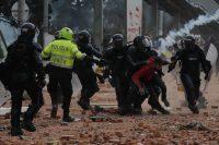 Miembros del Escuadrón Móvil Antidisturbios retienen a un manifestante durante una protesta en Madrid, municipio cercano de Bogotá, el pasado 28 de mayo.Mauricio Dueñas Castañeda / EFE