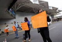Padres de niños con cáncer bloquean el acceso al Aeropuerto Internacional Benito Juárez, en Ciudad de México, para protestar contra el gobierno federal debido al desabasto de medicamentos. Imagen del 15 de junio de 2021. (Luis Cortes/Reuters)