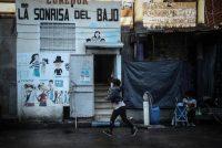 Una niña camina frente a un comedor comunitario en Buenos Aires, Argentina, el 27 de mayo de 2021. Alrededor de 60% de los niños argentinos inició la segunda ola de COVID-19 hundido en la pobreza, según datos oficiales. (Juan Ignacio Roncoroni/EPA-EFE/Shutterstock)