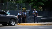 Policías frente a la casa de Cristiana Chamorro, detenida desde el miércoles por el régimen de Daniel Ortega.Carlos Herrera