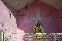 Agujeros de bala en un santuario de la comunidad El Aguaje, luego de un enfrentamiento entre grupos del crimen organizado en Aguililla, estado de Michoacán, en abril. (Enrique Castro/AFP vía Getty Images)