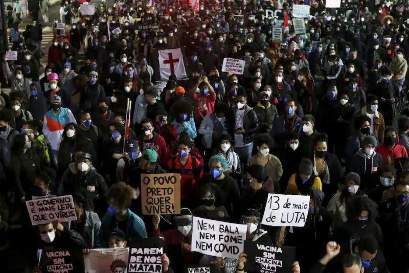 Activistas del movimiento negro protestan contra el racismo y la violencia policial, y contra una operación policial que mató a más de dos docenas de personas en Río de Janeiro, Brasil, en mayo de 2021. (Amanda Perobelli/Reuters)
