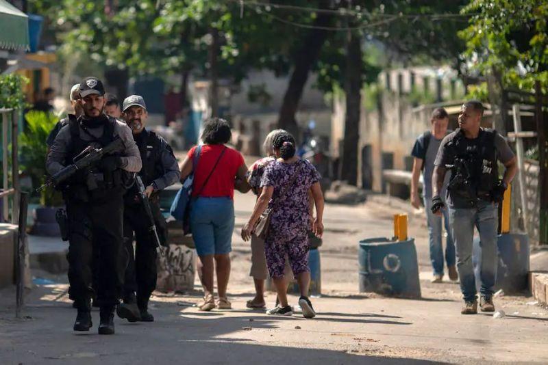Policías caminan entre vecinos durante un operativo en una favela de Río de Janeiro que dejó decenas de muertos en mayo de 2021. (Mauro Pimentel/AFP vía Getty Images)