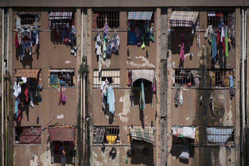 Ropa que cuelga de las celdas abarrotadas de una prisión de Porto Alegre, Brasil, en 2015. (Felipe Dana/AP Photo)