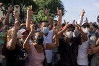 Manifestantes antigubernamentales marchan en La Habana, Cuba, el domingo 11 de julio de 2021. Cientos de personas salieron a las calles en varias ciudades de Cuba para protestar contra la actual escasez de alimentos y los altos precios de los productos alimenticios bajo el lema SOS Cuba. (AP Photo/Eliana Aponte)