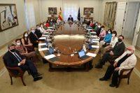 El presidente del gobierno español, Pedro Sánchez, al centro, en una junta con su gabinete el 13 de julio en la MoncloaCredit...Fernando Calvo/Gobierno de España vía Associated Press