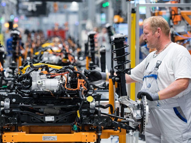 Un empleado trabaja en la cadena de montaje del Volkswagen ID.3 en la planta de Zwickau (Alemania).jens schlueter / Getty