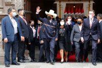 El presidente de Perú, Pedro Castillo, saluda con la mano mientras él y su esposa Lilia Paredes dejan el Ministerio de Relaciones Exteriores para dirigirse al Congreso para la ceremonia de juramentación el día de su toma de posesión en Lima, Perú, el miércoles 28 de julio de 2021. (AP Photo / Guadalupe Pardo)